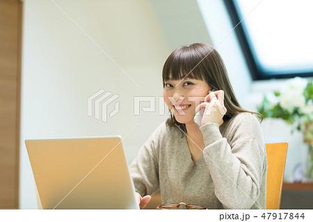 電話をかける女性 47917844