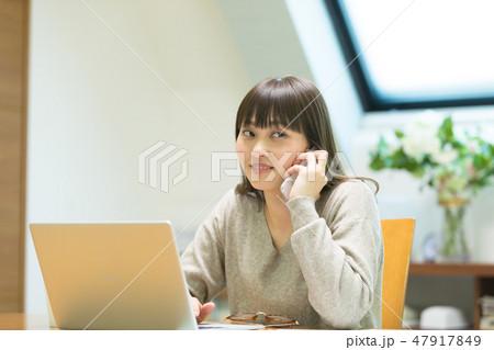 電話をかける女性 47917849