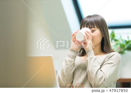 お茶を飲む女性 47917850