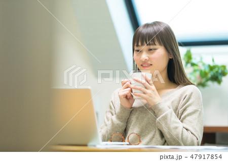 お茶を飲む女性 47917854