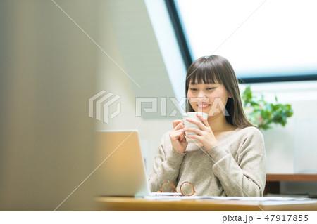 お茶を飲む女性 47917855