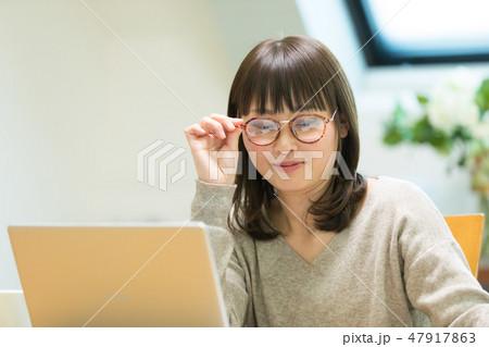 パソコンをする女性 47917863