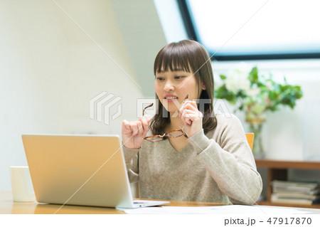 パソコンをする女性 47917870