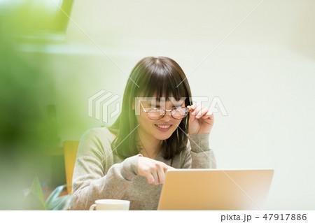 パソコンをする女性 47917886