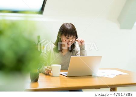 パソコンをする女性 47917888