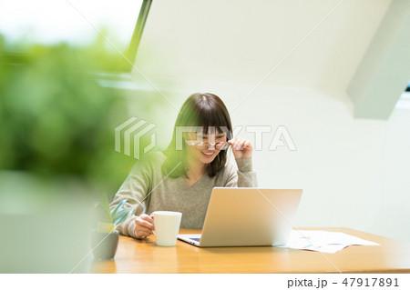 パソコンをする女性 47917891