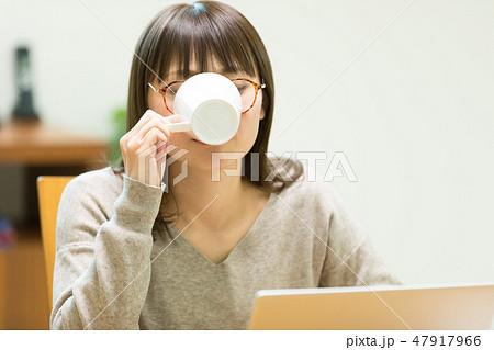 パソコンをする女性 47917966