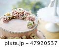 ピンクのフラワーデコレーションケーキ 47920537