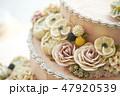 ピンクのフラワーデコレーションケーキ 47920539