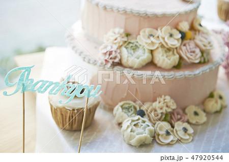 ピンクのフラワーデコレーションケーキとthank youの文字 47920544