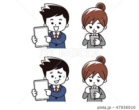 タブレットとスマートフォンを使うスーツの男女 47936010