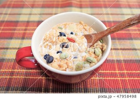 健康的なグラノーラ朝食、ミューズリー、豆乳、赤いランチョンマット,新鮮なシリアル、ロハスとロカボ食品 47958498