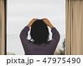 スマホで写真を撮る女性 47975490