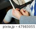 絵本を読む母と子 47983055