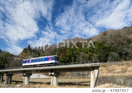 青空の下のんびり普通列車が行く 47997957