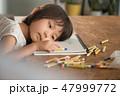 リビングで遊ぶ子供 47999772