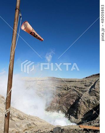 風の強い日の阿蘇中岳の火口と吹流し (熊本県) 48009863