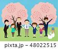 お花見で桜を楽しむ会社の仲間たち 48022515