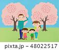 お花見で桜を楽しむ家族 48022517