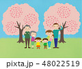 お花見で桜を楽しむ3世帯家族 48022519