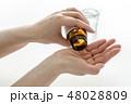 薬の瓶を左手で持ち上げて右手の手のひらに錠剤の薬を出すまでの一連の動作/白背景 48028809