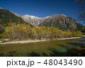 紅葉の上高地 梓川と穂高連峰 48043490