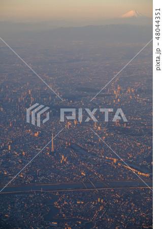上空から見た朝日を浴びる東京都心と富士山 48044351