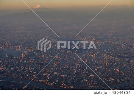 上空から見た朝日を浴びる東京都心と富士山 48044354