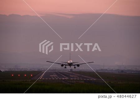 夕暮れの旭川空港に着陸する航空機 48044627