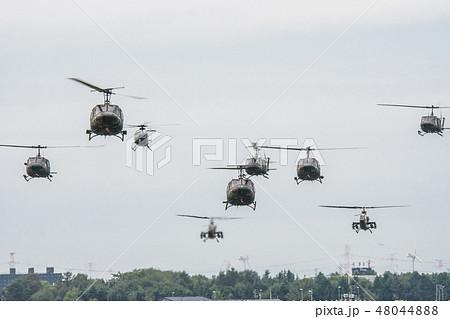 着陸する陸上自衛隊のヘリコプター群 48044888