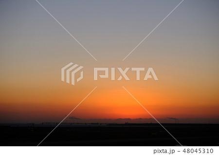 日の出前の朝焼け 48045310