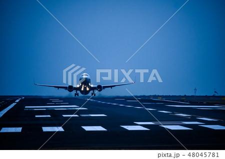 滑走路から離陸する航空機 48045781