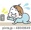 コンセントに触って泣く男の赤ちゃん 48049649