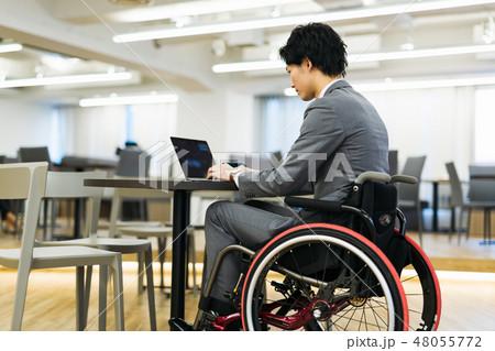 日本ユニバーサルマナー協会監修素材 障害者 車椅子 ビジネス 48055772