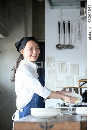 キッチン レストラン 女性 48062646