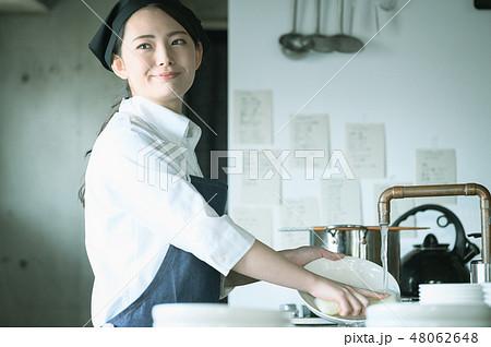 キッチン レストラン 女性 48062648