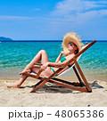 ビーチ 浜辺 女性の写真 48065386