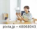 女性 リビング タブレットの写真 48068043