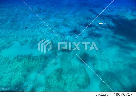 《ハワイ》ワイキキビーチ沖の大海原《航空写真》 48076717