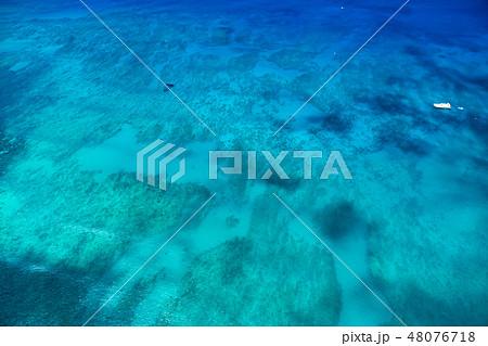 《ハワイ》ワイキキビーチ沖の大海原《航空写真》 48076718