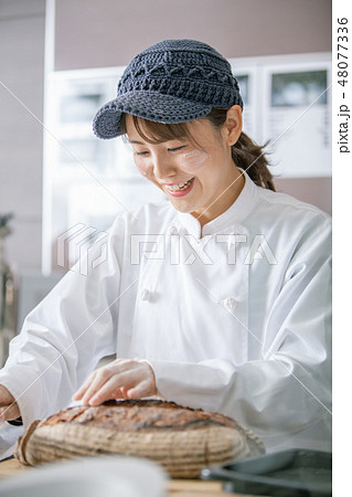 パン屋 料理 働く女性 48077336