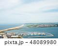 山の上から見下ろした細く長く続く砂浜とヨットハーバー イギリス郊外の海沿いにて 48089980