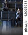 空港で仕事をする海外出張のビジネスマン 48095933