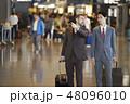 空港にいる海外出張のビジネスマン 48096010