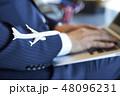 空港で仕事をする海外出張のビジネスマン 48096231