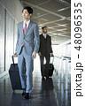 空港にいる海外出張のビジネスマン 48096535