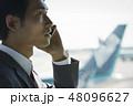 空港で電話をする海外出張のビジネスマン 48096627