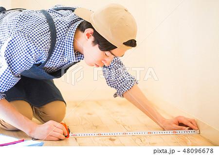 DIYを楽しむ男性 48096678