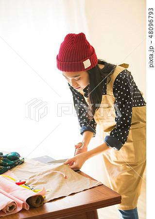 裁縫をする女性 48096793