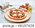 イタリアン料理、ピザ、ピッツァ、ピザ・マルゲリータ。トマトソースとバジルの葉、モッツアレラチーズ。 48107428